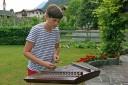 Felix Brunner beim Musizieren mit seinem Hackbrett